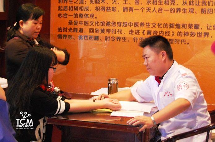 Toma de pulso en una consulta de Acupuntura y Medicina China.